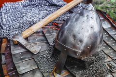 Casco del ferro in armatura ed ascia Immagini Stock Libere da Diritti