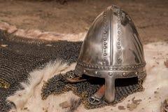 Casco del guerrero medieval y armadura medievales del chainmail fotos de archivo