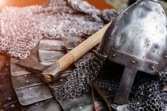 Casco del hierro en armadura y hacha Fotografía de archivo libre de regalías