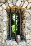 Casco del hierro en las ruinas del castillo Fotografía de archivo libre de regalías