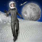 Casco del juego de espacio de la mujer del soporte de la manera del astronauta imagen de archivo libre de regalías