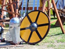 Casco del metallo dei cavalieri accanto allo schermo giallo immagini stock libere da diritti