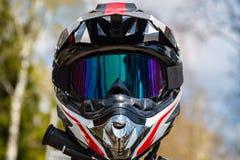 Casco del motociclo con una maschera sulla sella con un bello fondo fotografia stock libera da diritti