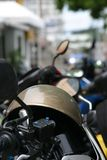 Casco del motociclo disposto sulla motocicletta Fotografia Stock