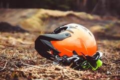 Casco del motociclo sulla terra immagini stock libere da diritti