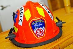 Casco del paramedico del corpo dei vigili del fuoco di NYC Fotografie Stock Libere da Diritti