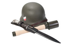 Casco dell'esercito tedesco, granata a mano un il periodo della seconda guerra mondiale della baionetta isolato Fotografia Stock