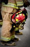 Casco della holding del combattente di fuoco. Fotografie Stock