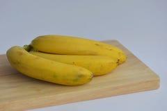 Casco di banane sullo scrittorio Fotografie Stock Libere da Diritti