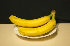 Casco di banane in un piatto Fotografie Stock Libere da Diritti