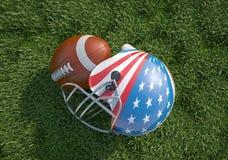 Casco di football americano decorato come la bandiera e palla degli Stati Uniti, sull'erba. Immagine Stock