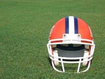 Casco di gioco del calcio sul campo di erba fotografie stock libere da diritti