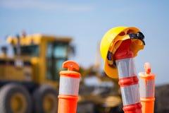 Casco en el pilón de la construcción de la carretera del camino