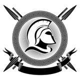 Casco espartano antiguo, meandro griego del ornamento y lanzas Fotografía de archivo