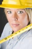 Casco femenino bonito del sombrero duro del trabajador de construcción Foto de archivo libre de regalías