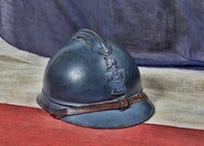 Casco francese del ww 1 sulla bandiera antica del francese immagini stock