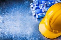 Casco giallo blu dei disegni di ingegneria su metallico graffiato Immagini Stock Libere da Diritti