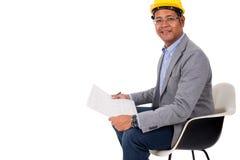 Casco masculino del amarillo del desgaste del ingeniero con el fondo blanco Fotografía de archivo libre de regalías