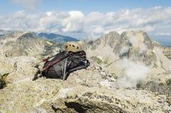 Casco, mochila y polos del senderismo Fotografía de archivo libre de regalías