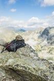 Casco, mochila y polos del senderismo Foto de archivo libre de regalías