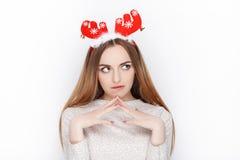 Casco modelo femenino rubio emocional hermoso de los ciervos de santa del desgaste Concepto de los saludos de la Navidad Fotografía de archivo