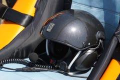 Casco nella cabina di pilotaggio del giroplano immagine stock libera da diritti