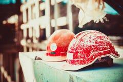Casco olvidado del constructor que miente en un bloque de cemento en la construcción de puente borrosa del fondo en la luz del dí fotografía de archivo libre de regalías