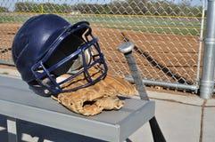 Casco, palo, y guante del béisbol Imagenes de archivo