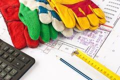 Casco protector de la construcción, guantes Foto de archivo
