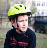 Casco que desgasta del muchacho serio Fotografía de archivo libre de regalías