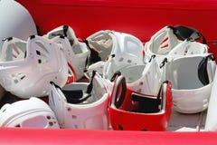 Casco rojo entre blancos Foto de archivo libre de regalías