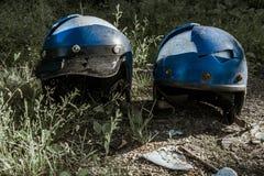 Casco roto viejo de la motocicleta dos fotos de archivo libres de regalías