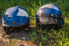 Casco roto viejo de la motocicleta dos imágenes de archivo libres de regalías