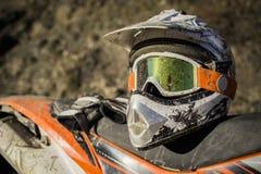 Casco sucio del motocrós de la motocicleta con las gafas fotografía de archivo