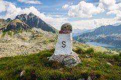 Casco turistico su un fondo della cresta della montagna Fotografia Stock Libera da Diritti