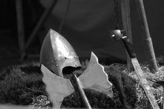 Casco y espadas de un guerrero medieval Foto de archivo