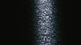 Cascos de los cristales de cristal o pequeños en un cuarto oscuro almacen de metraje de vídeo
