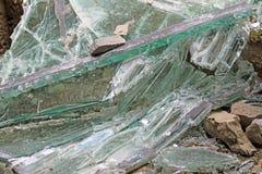 Cascos del vidrio quebrado en la casa después del terremoto Fotos de archivo libres de regalías