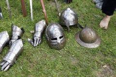Cascos y guantes medievales de los caballeros Imagen de archivo