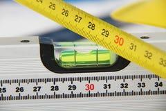 Cascos y herramientas para los dibujos y los edificios de construcción fotografía de archivo