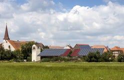 Case alimentate solari in un villaggio rurale in Germania Comitati solari su un tetto fotografie stock libere da diritti