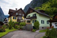 Case alpine austriache tipiche con i fiori luminosi, Hallstatt, Austria, Europa Immagine Stock Libera da Diritti