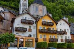 Case alpine austriache tipiche con i fiori luminosi, Hallstatt, Austria, Europa Fotografia Stock Libera da Diritti