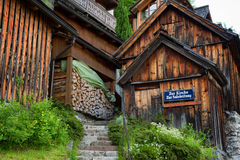 Case alpine austriache tipiche con i fiori luminosi, Hallstatt, Austria, Europa Fotografia Stock