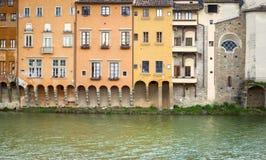 Case antiche che trascurano il fiume di Arno a Firenze Immagini Stock Libere da Diritti