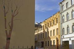 Case antiche e una parete con i graffiti Fotografia Stock