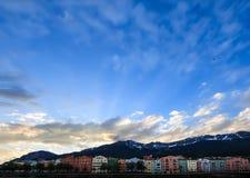 Case architettoniche incantanti di Innsbruck sfondo naturale sulle alpi del fiume e dell'europeo della locanda, Tirolo, Austria,  Immagine Stock Libera da Diritti