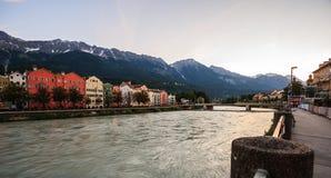 Case architettoniche incantanti di Innsbruck sfondo naturale sulle alpi del fiume e dell'europeo della locanda, Tirolo, Austria,  Fotografie Stock