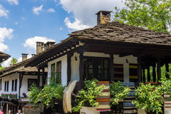 Case autentiche tradizionali con i tetti di pietra nel complesso Architettonico-etnografico di Etar Fotografia Stock Libera da Diritti