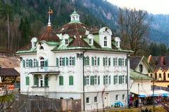 Case bavaresi tradizionali dipinte vicino al Neuschwanstein in alpi tedesche in Baviera Fotografie Stock Libere da Diritti